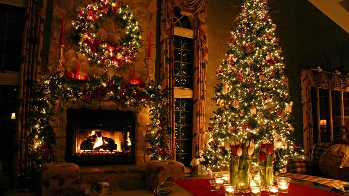 크리스마스 트리 및 벽난로 장식의 광선