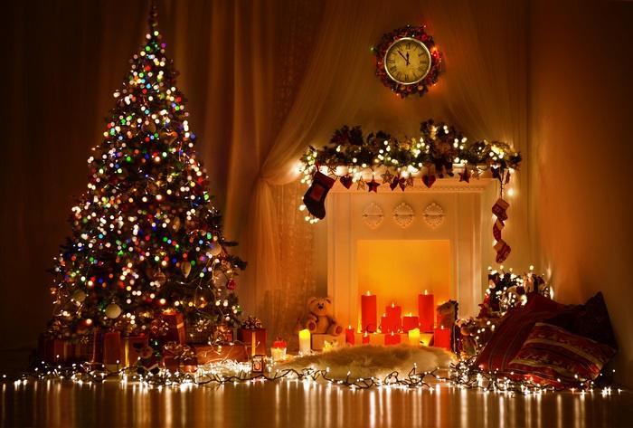 벽난로와 나무 근처의 촛불
