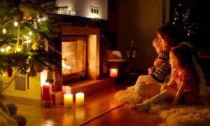 촛불 벽난로 근처 가족
