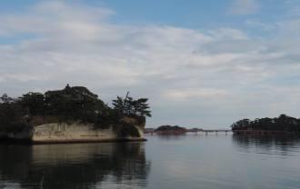 海から見た五大堂の風景写真