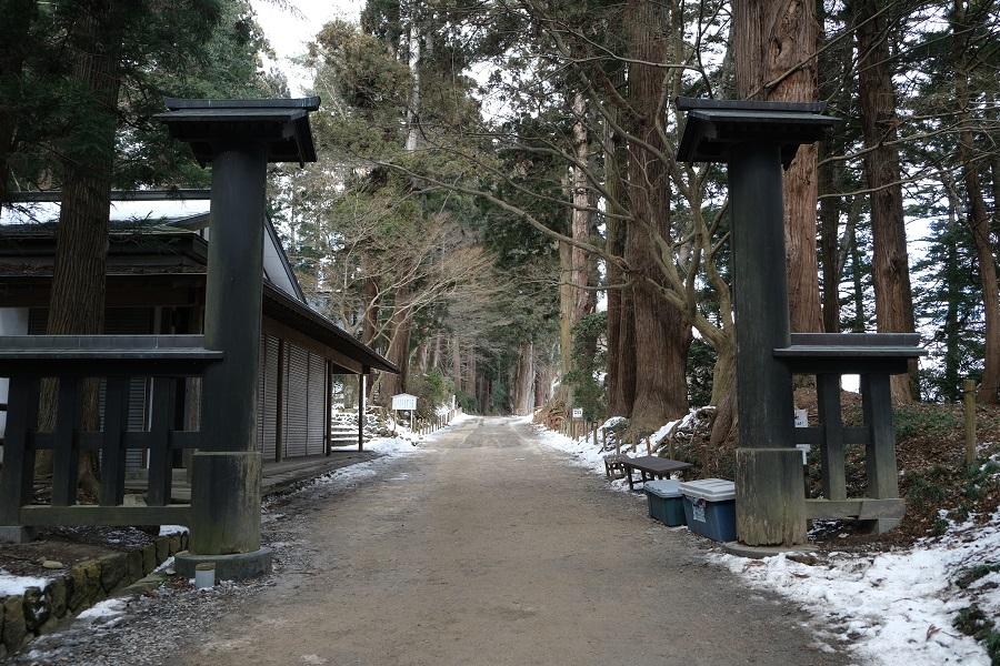 xt3のレビュー画質の評価中尊寺月見坂の冬の風景写真中尊寺山門