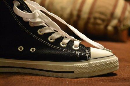 壊れた靴を自分で簡単に直す!かかとに穴が開いたスニーカーの修理方法