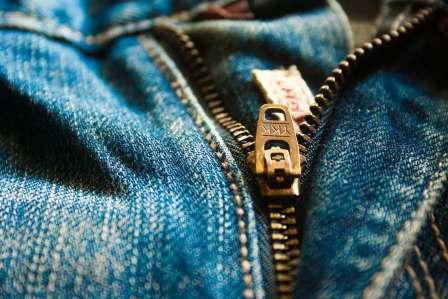 教えてあげる?ズボンのチャックが全開の人を見つけた時の対処法4選