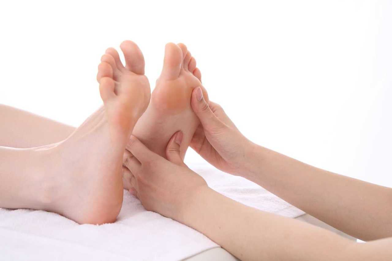 足の裏やふくらはぎ!足がつった時の痛みを早く治すための対処法4選
