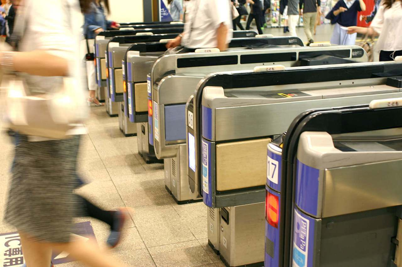 移動がつらい…電車に乗っても疲れないようにする対策方法5選