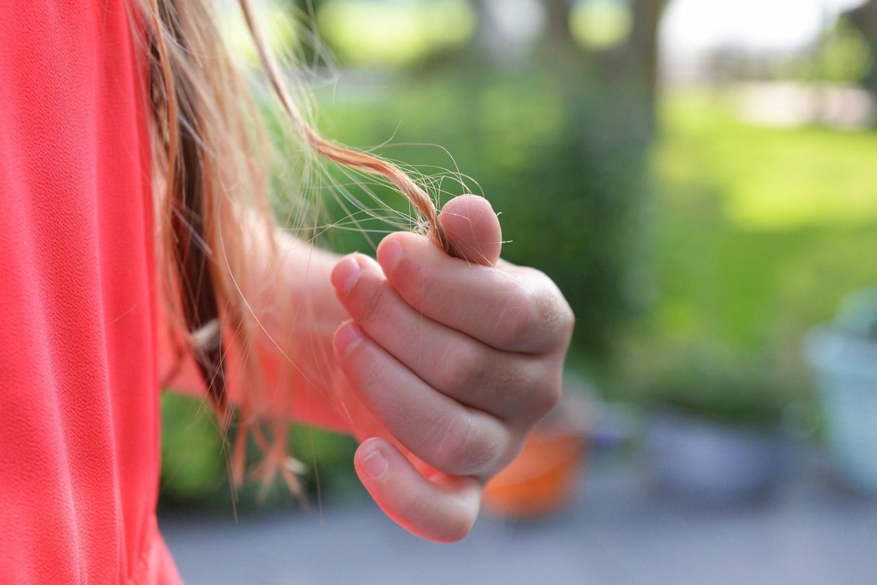 無意識にやってしまう!髪の毛を触る・いじる癖を直す方法5選