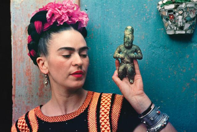 Фрида Кало с фигуркой альмеков