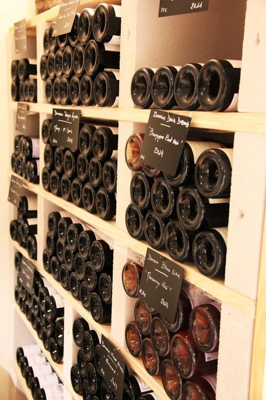 bouteilles rangees dans cave avec etiquettes vue de cote