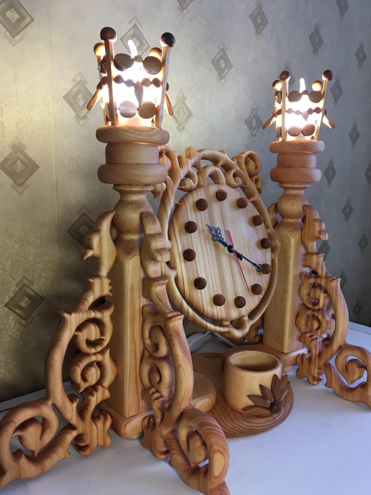 Л. Б. Меньшова 1958 г. Енисейск Часы настольные. Три в одном: часы, зеркало, шкатулка. + Съемные абажуры на лампы. Кедр. Пропильная резьба. 56 * 45