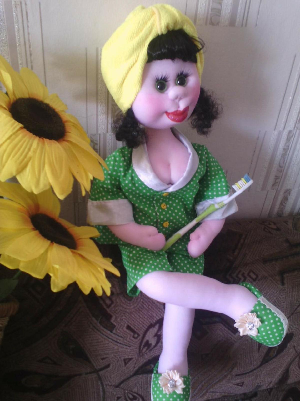 Лариса Михайловна Шапорева, 1953 г. р. Г. Лесосибирск п. Стрелка Кукла «Маруся», 2018 г. Синтепон, капрон, ткань, 75 см