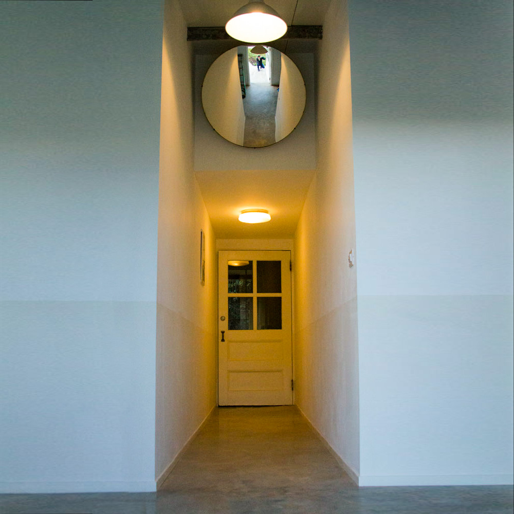 Photo of a modern, contemporary hallway design by Arts Terminal Israel, a one-stop creative complex for new businesses