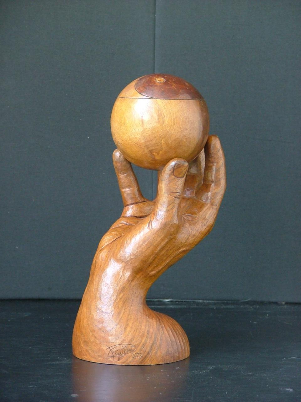 Sculpture contemporaine - Une main tenant une boule