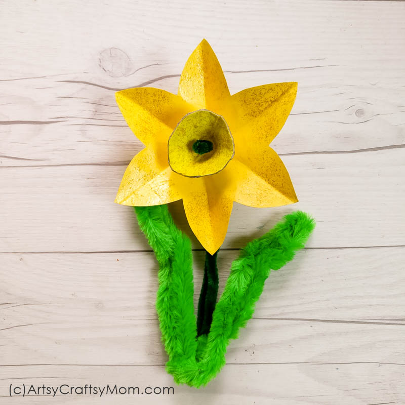Egg Carton Daffodil craft is a stunning way of making the best out of waste. This cheerful flower art along with a cute frame is bound to spread an exuberant mood.