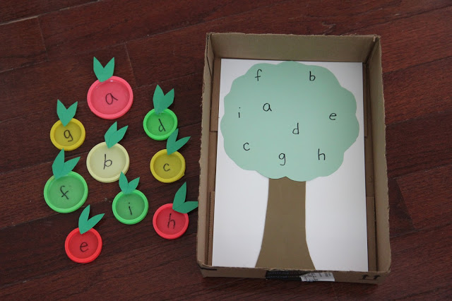 apple tree lid matching aplphabet game - Top 10 Easy Apple Crafts For Kids via ArtsyCraftsyMom - Games, prints, playdoh, paper plates -everything to get your kids excited about Fall with fun and easy apple crafts!