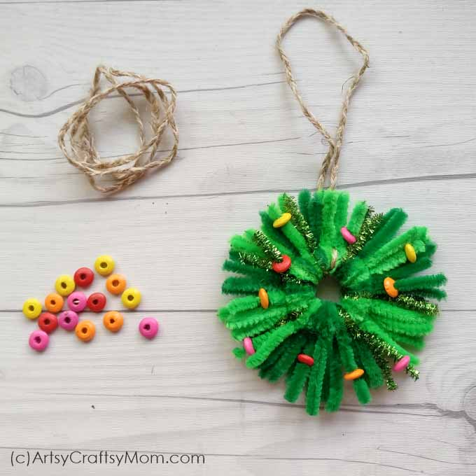 Looking for a last minute Christmas craft? This Pipe Cleaner Wreath Ornament will take all of 10 minutes to make, and the supplies are already lying around!