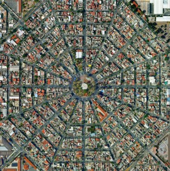 Estas fotografías tomadas por Google Earth muestran la fascinante estructura matemática de algunos de los barrios de nuestra zona metropolitana vista desde una perspectiva espacial.