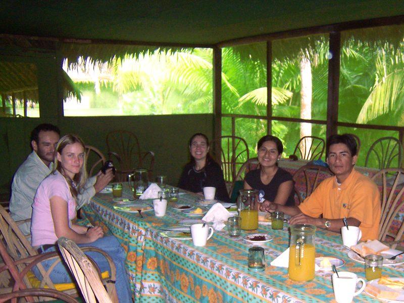 Freunde, Teammitglieder und Besucher genießen echtes Bio-Essen