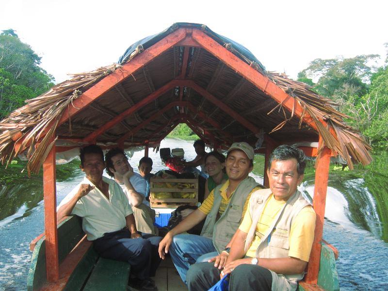 Santiago und Edwin segeln auf einem typischen amazonischen Boot