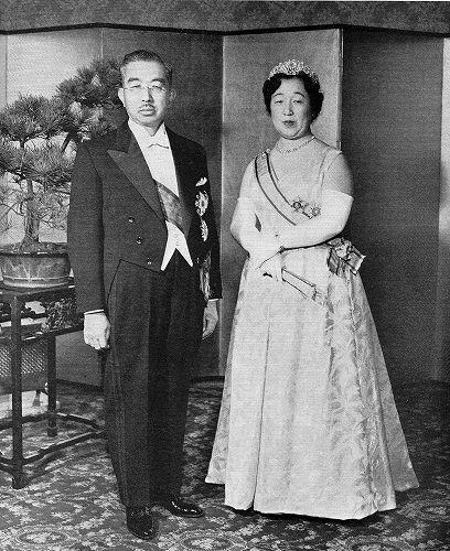 1956年(昭和31年)、正装姿の昭和天皇・香淳皇后