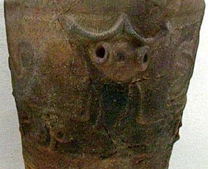 長野の縄文遺跡。半人半蛙(はんじんはんあ)の図像 曽利遺跡(縄文中期)出土の深鉢