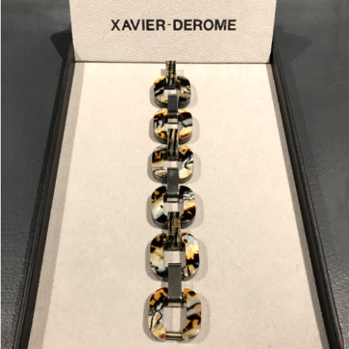XAVIER DEROME - GOURMETTE ACETATE LEOPARD Les gourmettes de Xavier Derome sont des intemporels. Leur design est devenu un classique indémodable. Fabriqué dans son atelier de Bracieux en Sologne, les gourmettes en acétate sont des bijoux élégants et doux à porter. Cette matière utilisée en lunetterie de luxe est parfaitement adaptée pour la peau des plus sensibles. Le modèle léopard est particulièrement mode. Un accessoire à offrir ou à s'offrir. Matière : Acétate poli Taille : 21 cm x 3 cm Fabrication française