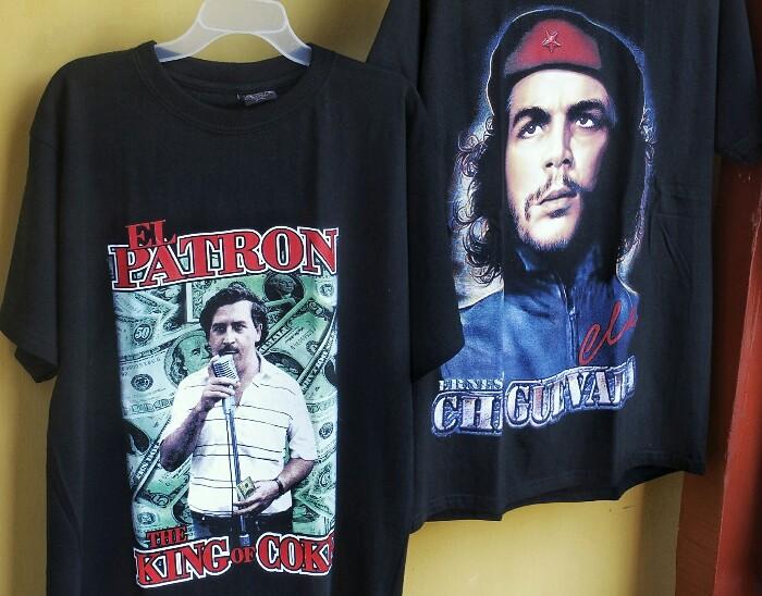 Pablo Escobar (narkoa) eta Che Guevararen irudiak kamisetetan. Cartagena de Indias.