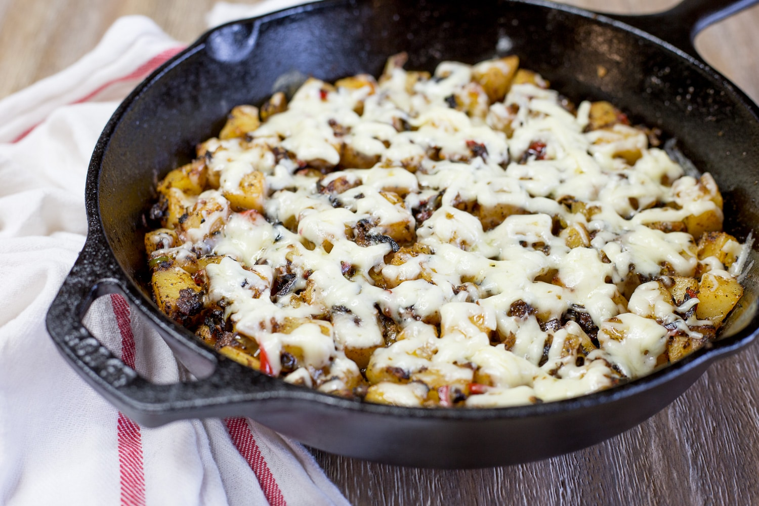 These skillet potatoes are a little bit spicy, a little bit cheesy, and incredibly flavorful!!! |artzyfoodie.com|