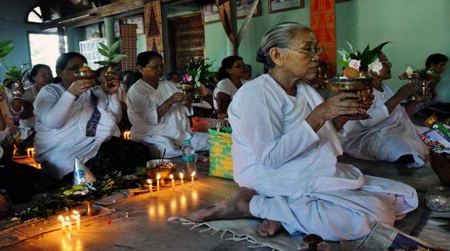 Theravada Buddhist Observes Satang Potwa