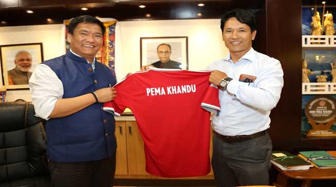 Khandu Appreciates Gumpe Rime for His contribution to Football