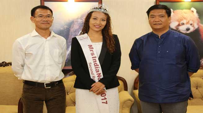 Khandu congratulates Mrs India finalist Dr Duyu Meena Mudang