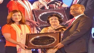 Photo of SBIChairperson Arundhati felicitates Anshu Jamsenpa