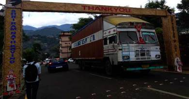 Lorry blocking the free flow of traffic or Gate blocking the traffic flow ?