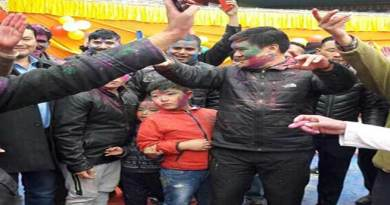 Arunachal CM celebrates Holi with traders community at Tawang