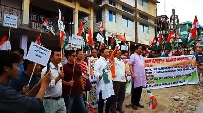 Arunachal: APCC demonstrates in front of SBI against Cash Crisis
