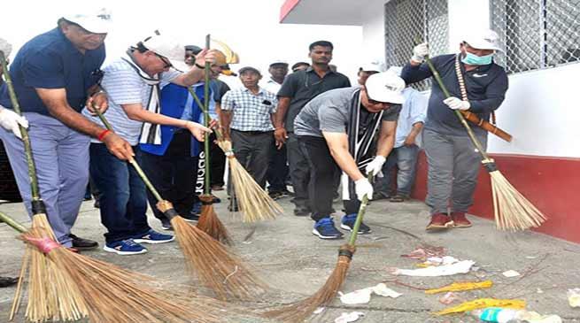 Arunachal: Kiren Rijiju takes part in Shramdaan held at Naharlagun Railway Station