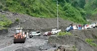 Arunachal: land slide on hoj-potin TAH road, hundreds vehicle stranded