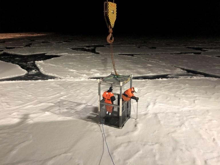 To oseanografer borer et hull Foto: Øyvind Breivik