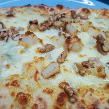 Pinsa gorgonzola, fior di latte dell'Agro Pontino, pere e noci