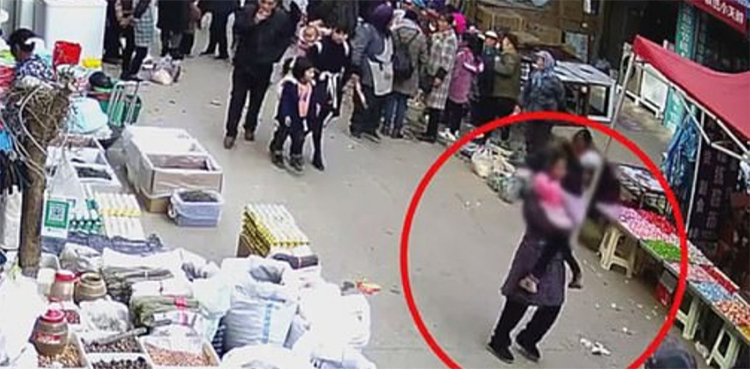 Photo of Lady kidnaps toddler from crowded market
