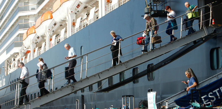 Photo of The United States will evacuate Americans as virus cases increase in a quarantined ship