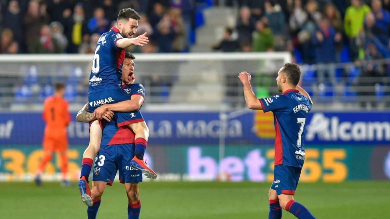 La alegría de los jugadores oscenses tras su victoria en el 98' ante el Sevilla FC | Diario AS