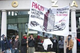 Manifestantes del movimiento de indignados de Ljubljana ante la sede de la Bolsa eslovena