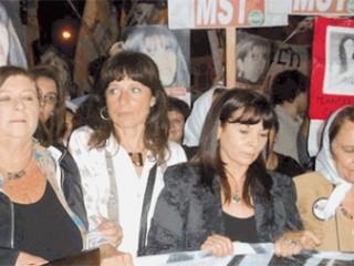 Susana Trimarco, acompañada por Vilma Ripoll, diputadas, madres de Plaza de Mayo y otras personalidades en una de las movilizacioones reclamando por Marita Verón.