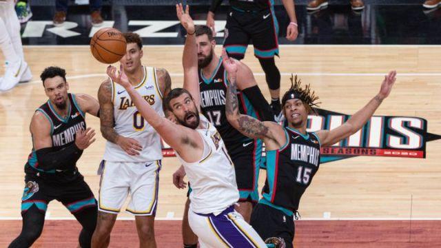 Marc Gasol lucha por un balón durante el partido de la NBA que ha enfrentado a Memphis Grizzlies y Los Angeles Lakers