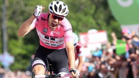 Tom Dumoulin celebra su victoria en el santuario de Oropa durante el Giro de Italia 2017.