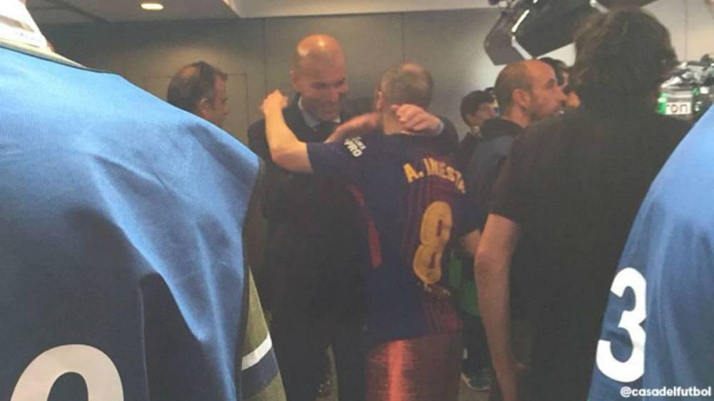 Zidane, caballero: esperó a Iniesta al final en el túnel para abrazarle