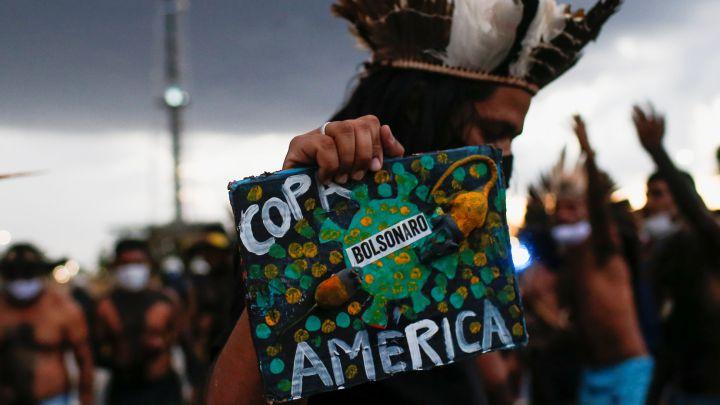 Brasileños protestan contra la disputa de la Copa América en su país.
