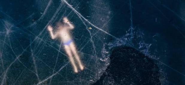El buceador Kristian Maki-Jussila, de 37 años, nada bajo una capa de hielo, equipado sólo con un bañador, en un lago próximo a Vaasa, Finlandia.