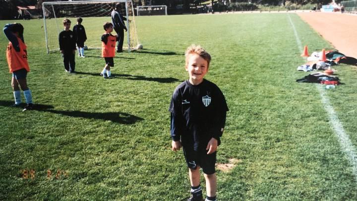 Nuestro deportista misterioso, durante su etapa como futbolista durante su infancia.