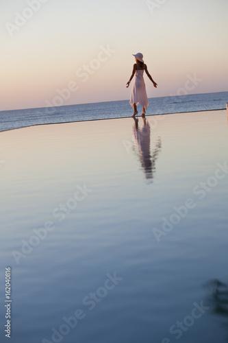 Une Femme à La Mer : femme, Femme, Seule, D'une, Piscine, Coucher, Soleil, Stock, Photo, Explore, Similar, Images, Adobe
